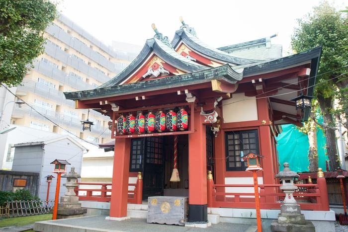 鷲神社から徒歩5分の吉原神社(よしわらじんじゃ)は、吉原遊郭ゆかりの神社です。かつて遊女たちが信仰した神様は、現在も多くの女性の願いを叶えてくれると言われています。