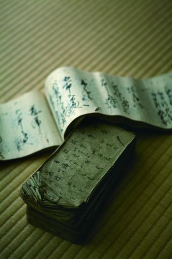 以来、日本最古の御香調進所として伝統の調香帳(レシピ)を受け継ぎながら、儀式の場や日常の中で、その時代の香りを作り続けています。