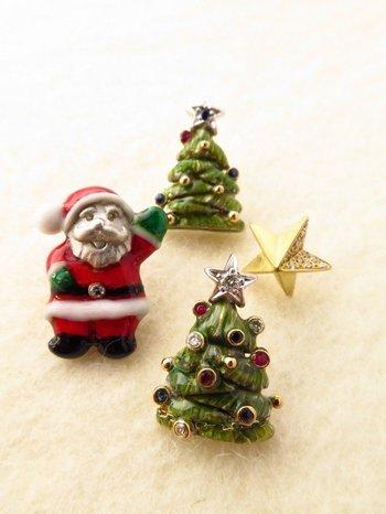クリスマスモチーフに、ルビーやサファイヤが散りばめられた贅沢なタイニーピン。ひとつひとつ手作業で作られている作家さんこだわりのアイテム。