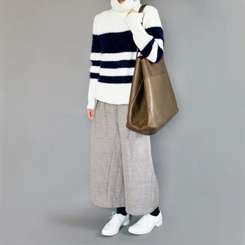 冬のコーディネートが明るくなるウイングチップの白のレインシューズ。パンツでもスカートでもワンポイントに合わせやすいデザインです。