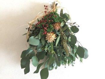 リースもいいけれど、ナチュラルアイテムをぎゅっとまとめたスワッグもクリスマスのデコレーションにおすすめ。ユーカリのグリーンと、赤い実はこれからの季節にぴったり。