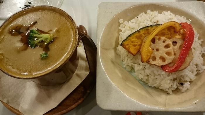 「つぶつぶ」は1983年にオープンしたヴィーガンベジタリアン料理店。日本で「ヴィーガン」が知られるようになったのはここ数年のことなので、こちらのお店はいわばパイオニア的存在。  写真は「きのこと秋野菜の焼き玄米粉カレー」。「玄米粉」は水に浸した発芽玄米を乾燥させてから粉末状にしたもので、ごはんとして食べるよりも手軽に玄米の栄養素を摂り入れることができます。あっさりしているように見えますが、しっかり満足感を得られますよ。