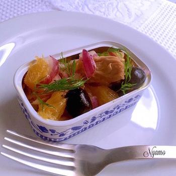 おしゃれな缶をそのまま使った、なんとも素敵なシチリア風サラダ。ラ・カンティーヌのサバ缶(サバフィレ)に、レッドオニオンや柑橘類、オリーブ、ディルなどを合わせて、彩り豊かに仕上げています。