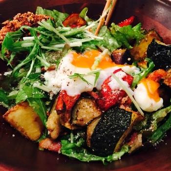 ハナファームキッチンには、埼玉県にある自社農園で育てた微生物農法の野菜が毎日直送されてきます。素材を活かした調理法で作られたお料理は、どれもヘルシーで女性に人気。  写真の「ハナファームキッチンサラダ」は、それぞれ野菜ごとに揚げ、茹で、生、グリルと調理法を変えて食感や風味の違いを楽しめます。醤油ベースのオリジナルドレッシングと温泉卵を絡めたら、ひとりでワンボウル食べてしまえそうなおいしさです。