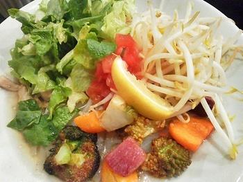 ベトナムのソウルフード「フォー」が日替わりランチに登場。麺が見えないほどたっぷりと野菜がトッピングされています。あっさりしたスープに揚げ野菜の風味、生野菜のしゃきしゃき感が最高!米粉の麺は喉ごしが良くローカロリーなので、ダイエット中の方にもおすすめ。
