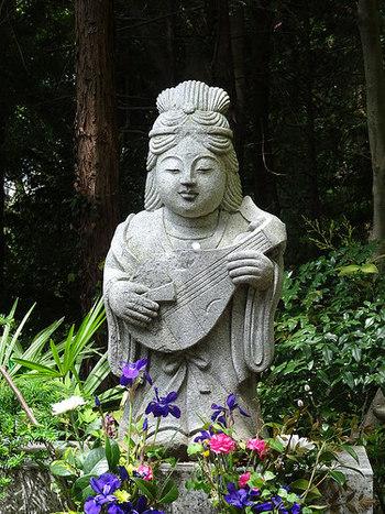吉原神社に祀られているのは「弁財天(べんざいてん)」です。七福神の中で唯一の女神で、財宝や縁結びの神様として知られています。