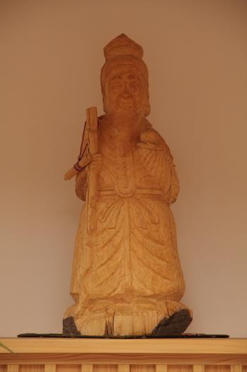 「寿老人」は、手に巻物を括り付けた杖や桃を持つ姿で描かれます。桃は長寿のしるしで、長寿延命、富貴長寿の神様とされています。