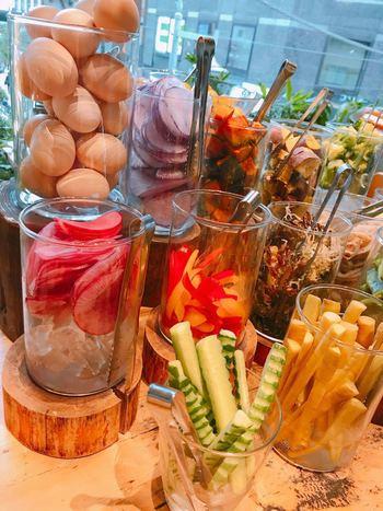色鮮やかな野菜や新鮮な卵が大きなグラスに入っています。野菜のカットも凝っていてとてもキレイ。女性の間で「SNS映えする」と人気なのも納得ですね。並んでいる野菜は、季節によって異なりますが、常時20種類以上を揃えているそう。