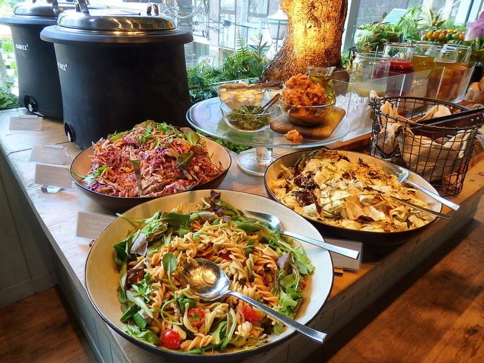 「クリーンイーティングビュッフェ」を注文すると、先ほどご紹介した新鮮野菜のサラダバーと、健康的に美しくなるために考案されたオリジナルデリ、スープやパンなどが食べ放題。ドレッシングも、美容液のように目的に合わせて6種類からセレクトできます。