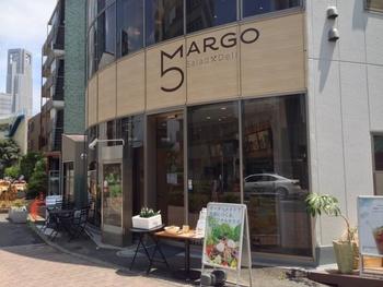 都営大江戸線の西新宿5丁目からすぐのところにあるマルゴビルは、大きなガラス窓と「5」のロゴが印象的。2017年のオープン以来、女性を中心に連日多くのお客さんが訪れるサラダデリの専門店です。