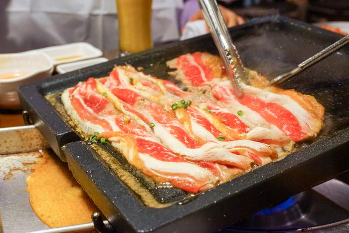 スライスした豚バラを焼いたサムギョプサルは、韓国料理で外せないメニューのひとつ。薄切り肉は女性でも食べやすくて良いですね。余分な脂が鉄板の溝に流れるので脂っこさを感じずにたくさん食べられます。  バジルや味噌で味付けしたサムギョプサルもあるので、いろんな味を楽しめるのも良いですね。