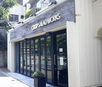 麻布十番の駅から歩いて2~3分のところにある「クリスプ・サラダ ワークス」は、チョップドサラダ専門店。ランチタイムは行列ができることもある人気店です。