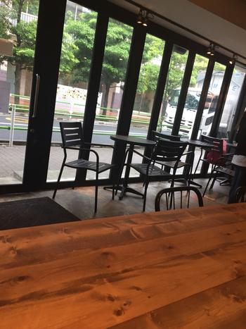 海外のレストランを思わせるようなシンプルで落ち着いた店内。都心なのにこんなにゆったりできるのは贅沢ですね。木目を生かした広めのテーブルも印象的。