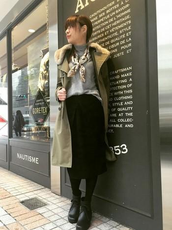 ふわふわ上質フェイクファー付ですが、実は防水GORE-TEX素材のレインコート。インナーはグレーのタートルにスカーフ、黒のスカートで上品にまとめています。レインコートとレインシューズさえあれば、普段の日と同じようにドレスアップできますね。