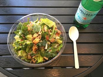 大きめにカットしてもらうと野菜の食感がさらに楽しめます。自家製ハムやグリルドチキンをプラスするのもおすすめです。カスタムサラダの他、シーザーサラダやコブサラダなどのメニューも充実。おなかの空き具合と気分で選ぶのも良いですね。