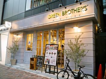 JR恵比寿駅から歩いて3分ほどのところにあるグリーンブラザーズは、カフェのような外観のサラダ専門店。2016年に恵比寿に1号店がオープンし、その後、麻布や大手町などにも展開。メインディッシュにもなるサラダが食べられる人気店のひとつなんですよ。