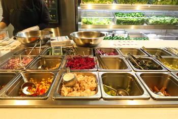 カウンターに並ぶ色とりどりの野菜は、契約農家から直送されています。鮮度はもちろん、食感や色合いにもこだわって仕入れているんです。  グリーンブラザーズでは、具材とドレッシングをセレクトするカスタムサラダと、おすすめサラダのどちらかを選ぶことができます。お友だちと違うサラダをオーダーして食べ比べするのも楽しそう。