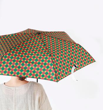 デザインや種類が豊富な傘も、雨の日に欠かせないアイテムですね。お気に入りの傘に合わせてコーディネートを組み立てていきましょう。