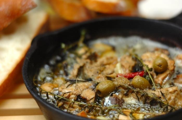 スキレットにサバ缶のオリーブオイルごと入れて、あつあつをテーブルに。アヒージョ風の本格的なおいしさが堪能できます。こんがり焼いたバゲットを添えて。
