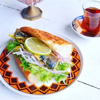トルコのイスタンブールの名物として日本でも人気のサバサンドを、サバ缶で簡単に。サバはそのままでも美味しいですが、焼くと香ばしさが出るそうです。彩りのいいい野菜を合わせましょう。