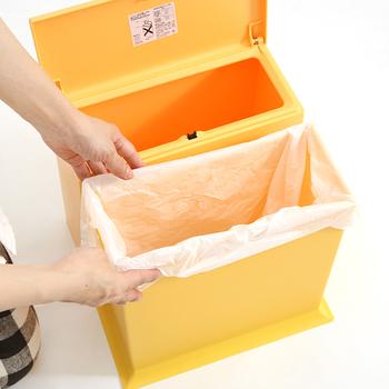 見た目重視でゴミ箱を選びたい時におすすめなのが、二重構造のゴミ箱。内側のゴミ箱にビニール袋をセットし、本体にINしたり、カバーをかぶせたりすることで、見た目がすっきりするんです。続いては、そんな二重構造のゴミ箱を2種類ご紹介しましょう!