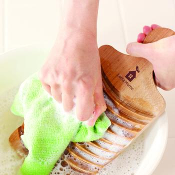 3.洗濯物を上下に動かして洗います。洗濯板のギザギザの部分が滑り止めになってくれますよ。