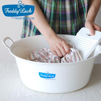 小さくて軽い洗濯板。見た目も真っ白で清潔感がありますね。美しさと持ちやすさ、使いやすさにこだわった洗濯板です。