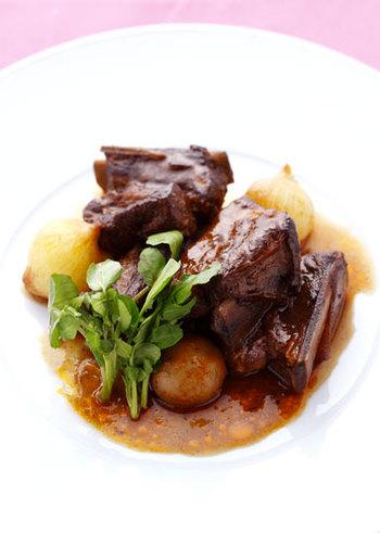 他にもクリスマスには、「ローストビーフ」などおすすめしたいメニューがたくさん。コトコト煮込んだ柔らかいスペアリブは、見た目も豪華で特別な日のお料理にピッタリ。前日の夜など時間があるうちに煮込んでおけば、後は温めて盛り付けるだけなのでぜひ!