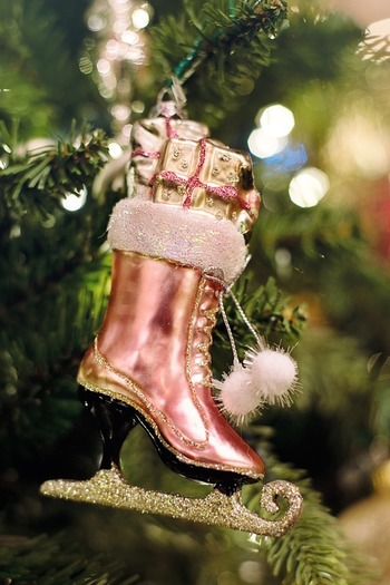 大切な誰かに渡すプレゼントを選ぶのもいいけれど、欲しいものをひとつだけ自分に贈ると決めたら、クリスマスはもっとわくわくしますよね。新商品を試してみようか、それとも前から欲しかったものを思い切って手に入れようか。今年のクリスマスは、そんな贅沢な悩み事を楽しんでみませんか?