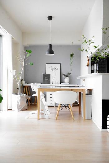 ダイニングテーブルがカウンターキッチンに寄せて配置されている例。片側に大きな通り道ができ、壁とテーブルの下にもゴミ箱が置けたりと、座ったときの使い勝手が良さそうです。