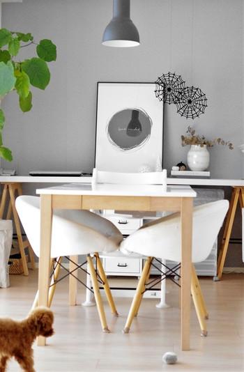 一方ダイニングテーブルをカウンターキッチンから離し、縦に配置された例。テーブル周りをぐるりと一周でき導線がスムーズに。掃除機やモップがけもしやすそうですね。テーブルを横置きか縦置きにするか、壁にくっつけるか離すかで、随分雰囲気も導線も変わります。家事動線に合わせて型を替えてみましょう。