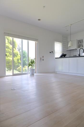 みんなが集まるリビングやキッチン。動きを妨げずスムーズに家事を行うのに大切なのは「導線」です。とくに短い時間であれこれとやることの多いキッチンでの作業では導線は重要。キッチンの型に合う家具の配置を決めましょう。今の配置は掃除がしやすく動きやすいですか?この機会にいったんリセットし、テーブルやソファの配置を1から組み直してみましょう。