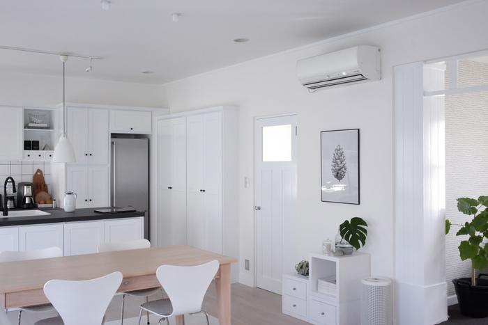 家具の配置が決まったら隙間やデットスペースがないかチェックしてみましょう。 最近はいろいろな収納家具が販売されています。どんなスペースも無駄にならずに収納スペースに変えるアイテムが見つかりますので、さらに使いやすくなる方法を考えてみましょう。とくに家事効率を上げる「ゴールデンゾーン」は貴重なので、良く使う物の定位置に最適。無駄なスペースがないことで埃がたまる場所を作らないようにしていきましょう。
