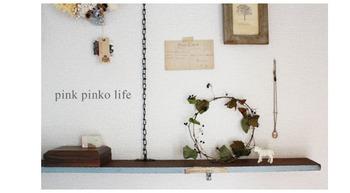 飾り棚に置いておくのもキュートです。さりげなく自然の空気感を持ってきてくれるシンプルなリースはいろいろな場所に飾りたくなります。