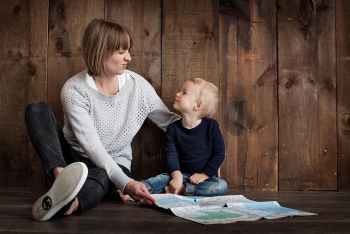英語を上手く発音できるようになるのは、参考書だけではとても難しいです。ネイティブの子供が親の言葉を聞いて、真似して上達するのと同様、実際の音を聞いて声に出してみるのが一番です。