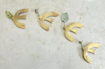 京都の雑貨店「ちせ」を営みながらアクセサリーを制作している彫金作家・谷内亮太さんのブローチ。羽根を思い切り広げたトリの姿は、見るたび心を和ませてくれます。