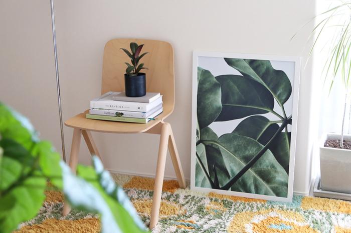お気に入りの本だって、グリーンを引き立てるアイテムに◎洋書をセレクトすれば、海外のお部屋のような雰囲気になります。