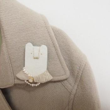 肩にノホホンとしたマダムくまはいかが?パールのネックレスをした装いで、上品なアクセントに。シンプルなコートに、やさしい印象を添えてくれますね。