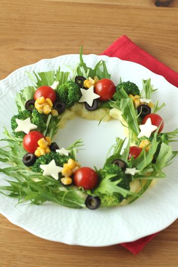 クリスマスの飾りの定番・リースをサラダで表現して、食卓をデコレーションしてみましょう。こちらのレシピではリースの土台にポテトを使い、その上に水菜やブロッコリーなどの葉物野菜をリースに見立てています。飾りつけにミニトマトやオリーブをプラスすれば、可愛らしいクリスマスリースサラダの完成です。