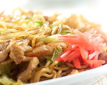週末に食べたくなる焼きそばのお弁当は、薄焼き卵をのせてオムそばにしたり目玉焼きをのせたりするのもオススメ。麺はパスタでも代用できますよ。