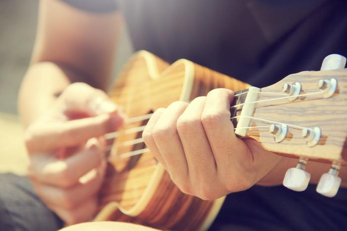 覚えてしまうくらいに、とにかく聞き続けましょう!歌詞を書き出して記憶違いが無いかチェックしたり、気に入ったフレーズはどこかにメモしても良いかもしれません。洋楽はサビを何度も繰り返しリピートするので、まずはサビ部分だけ完璧に覚えてしまうのも得策です。楽器が得意な方は弾き語りにトライしてみるのも良いですね♪