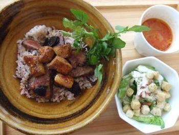 「牛フィレフォアグラトリュフ丼」は、甘辛い和の味付けのフォアグラが絶品。贅沢食材でお腹も心も大満足です。