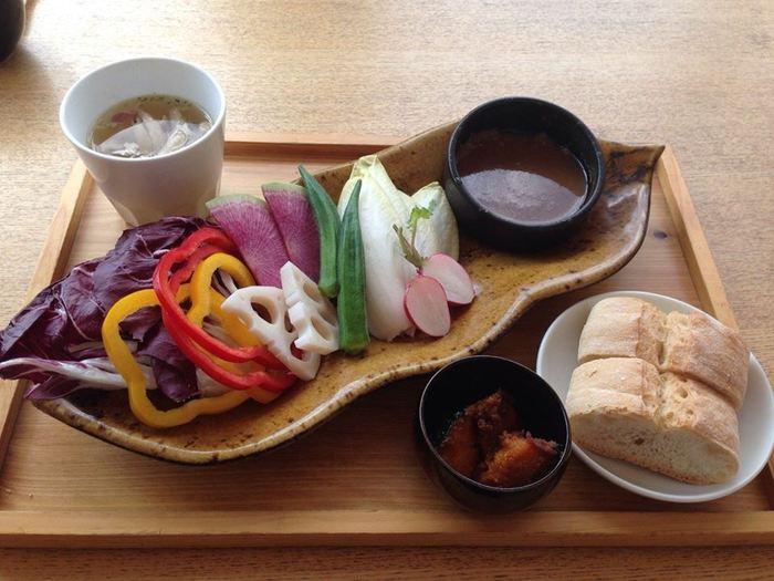 「農園野菜バーニャカウダプレート」は女子に大人気のメニュー。「カジュアルランチコース」ならバーニャカウダ食べ放題付きで3,000円(税込)と、とってもお得!
