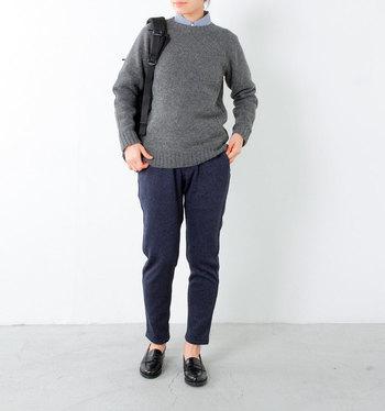 """ひじ部分にフェルトのパッチが付いた、シンプルなプルオーバーを主役にしたプレッピーテイストのコーデ。スウェット地のパンツやリュックが持つ""""カジュアル感""""と、チェックシャツやコインローファーの""""きちんと感""""のMIX具合が絶妙で、オシャレ上級者らしい着こなしです。"""