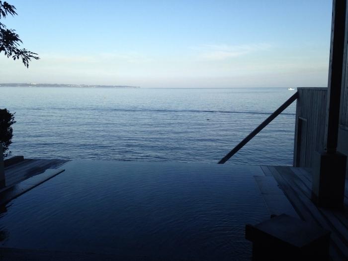 お食事利用のお客様なら無料でご入浴できるのが、1階にある大浴場「潮騒の湯」。海に面した露天風呂な為、肩まで浸かるとまるで海に浮いているかのような気分に♪