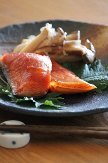 保存食にもぴったりな「鮭のみりん漬け」。みりんと醤油につけた鮭を、焼くだけで作れるのも嬉しいですね。ほぐしておにぎりの具にもできるので便利です。