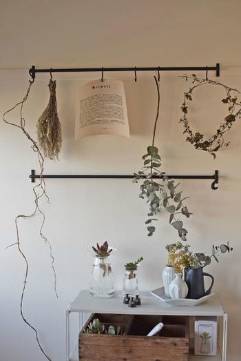 エアプランツ、ドライフラワーなど水やり不要、ほとんど必要のないグリーンなら、こんな風に壁面を使ってオブジェ感覚で飾ってもステキです。