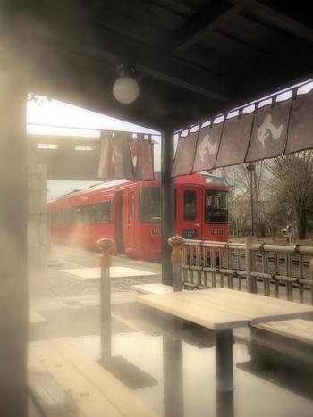 JR由布院駅構内では、気軽に足湯が楽しめます。目の前を走る電車を眺めながら、由布院ならではの旅のはじまりを堪能しましょう。