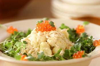 クリスマスパーティーに出すサラダはリース風に仕上げることが多いですが、クリスマスカラーを使ったサラダを作っても十分楽しめるでしょう。こちらのサラダは、カリフラワーと大根、えのきだけなど白の食材を取り入れたもの。周りを緑や赤の野菜や海鮮等でデコレーションすれば、クリスマス感がアップしますよ。