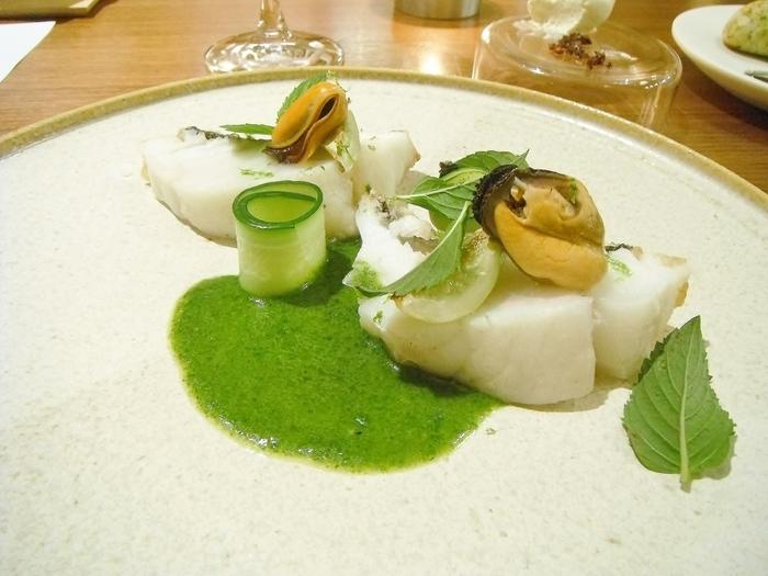 こちらは緑と白のコントラストが美しい「釣りスズキの鱗焼き セロリ ムール貝 キューバミント」。見ているだけで爽やかさがつたわってきますね。